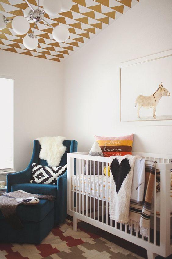 Quarto de beb com papel de parede no teto for Nursery side table ideas