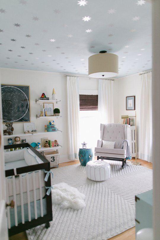 Quarto de bebê com papel de parede no teto