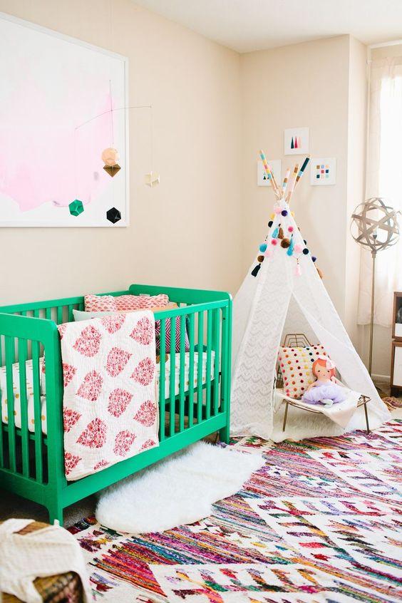 quarto de bebe com berco colorido.01