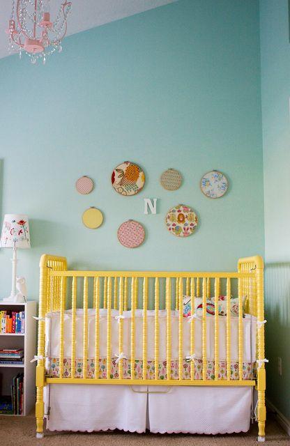 quarto de bebe com berco colorido.02