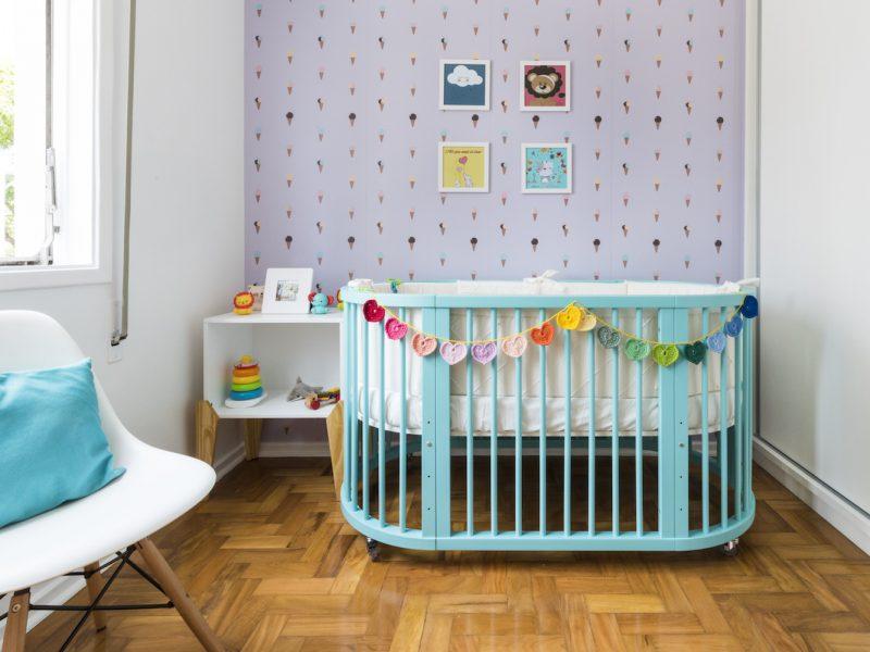 quarto de bebe com berco colorido.03
