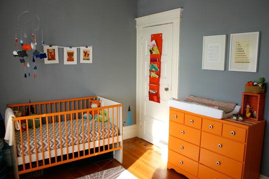 quarto de bebe com berco colorido.05