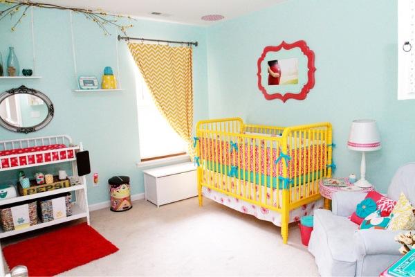 quarto de bebe com berco colorido.06