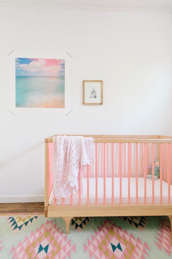 quarto de bebe com berco colorido.09
