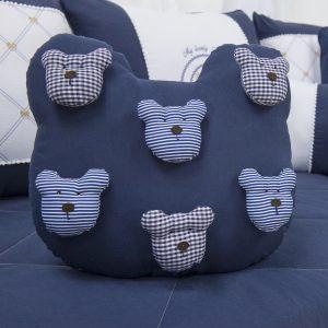 Disponível em outras cores, essa almofada em formato de cabeça de urso com aplicação de ursinhos é linda (Ref.: 50218) - Grão de Gente