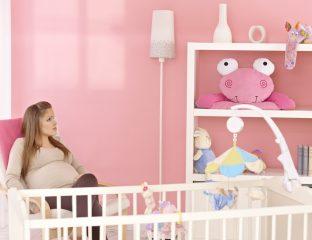 mãe esperando a chegada do bebê no quartinho