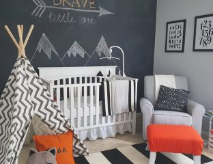 quarto de bebê com parede de lousa