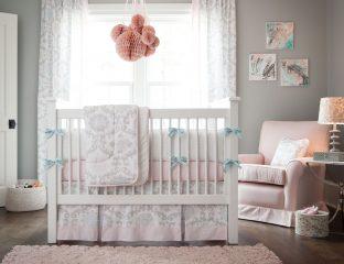 quarto de bebê cinza com rosa