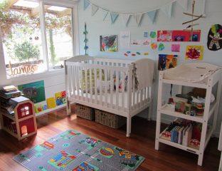quarto de bebê com cantinho de brincadeira