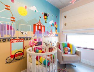 quarto de bebê com papel de parede lúdico