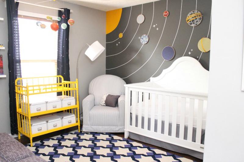 Mural de Sistema Solar com todos os planetas deixam o quarto super colorido.