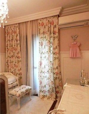 A cortina floral garante o estilo feminino deste quarto.
