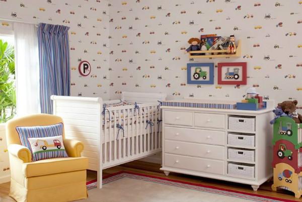 Este quarto ficou clean com o papel de parede branco com pequenas figuras coloridas. Além de usar almofadas, quadrinhos e um cesto.