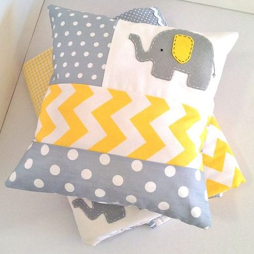 Mix de estampas com um fofo elefantinho em almofadas tradicionais trazem muito estilo para o quarto.