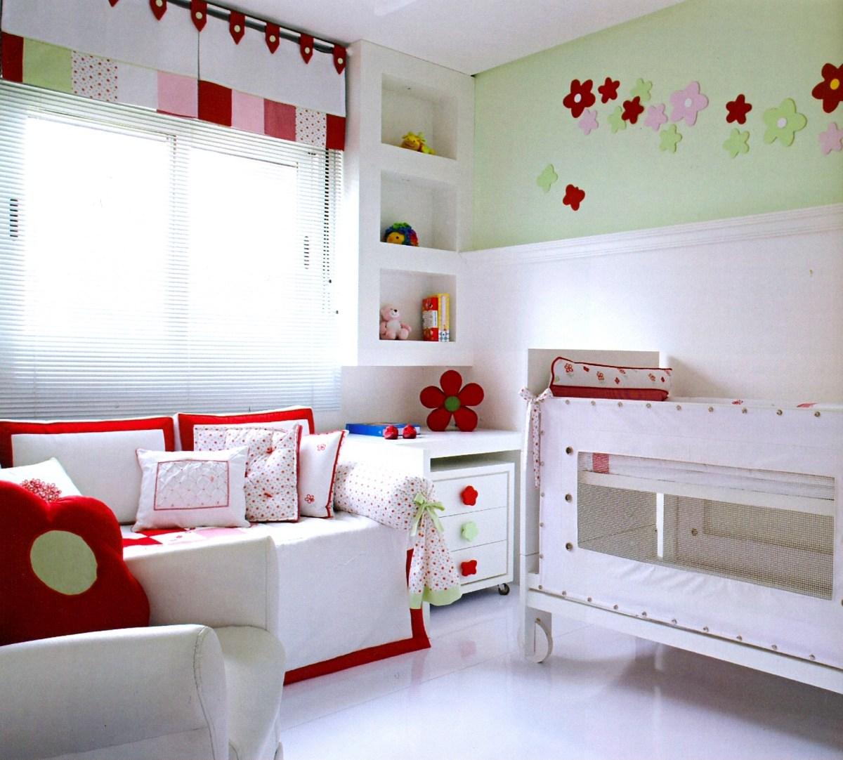 Uma decoração clean onde o predominante branco conta com uma faixa superior, rente ao teto, verde claro e detalhes vermelhos que roubam a cena com muito charme e elegância.