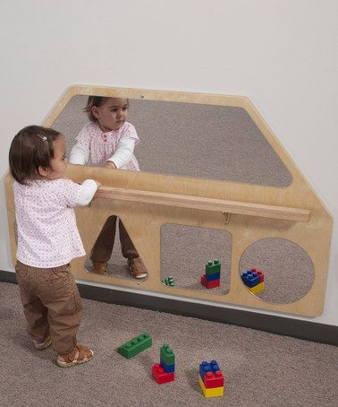 quarto de bebê com espelho