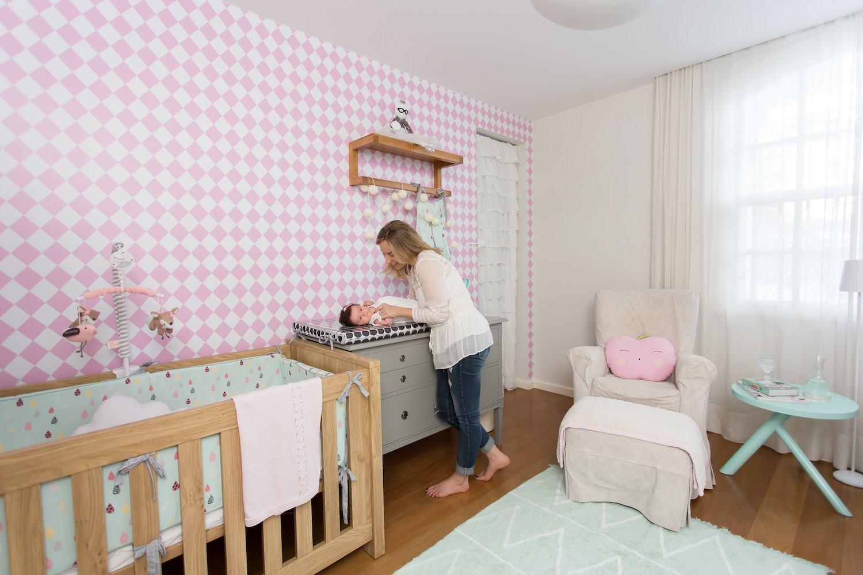 Quarto de bebê com papel de parede rosa