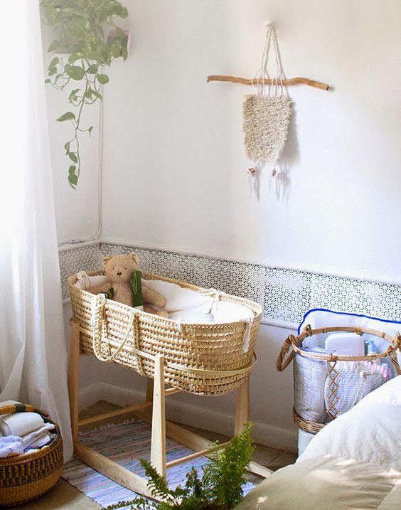 quarto de bebê com mini berço de balanço