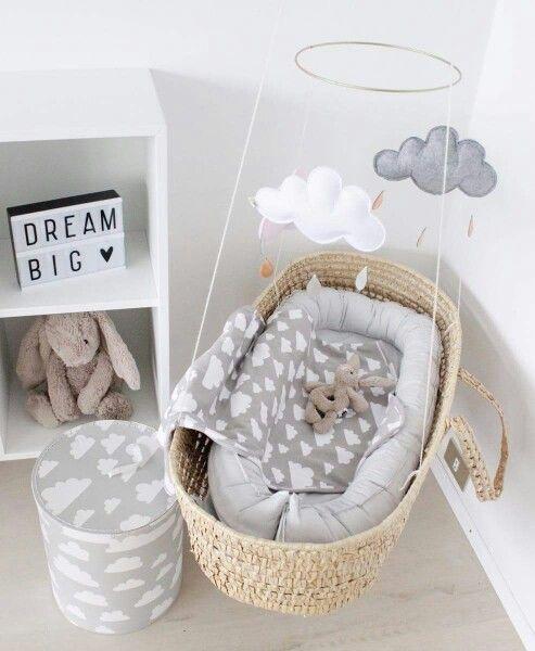 quarto de bebê com mini berço suspenso estilo escandinavo