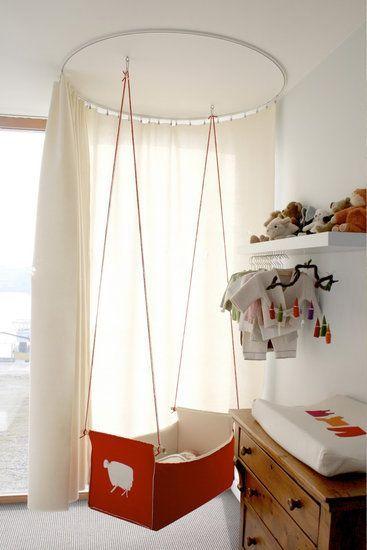 quarto de bebê com mini berço suspenso
