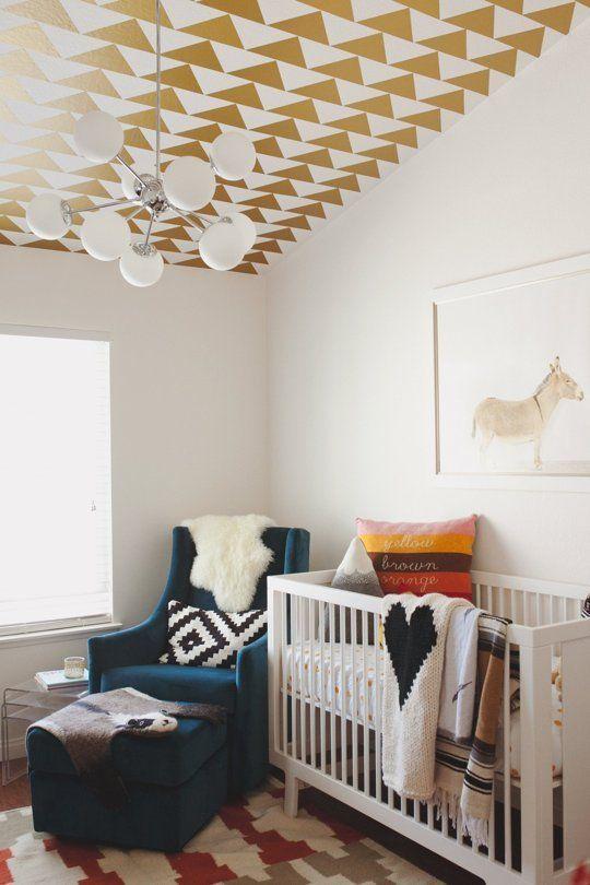 Teto do quarto de bebê com triângulos