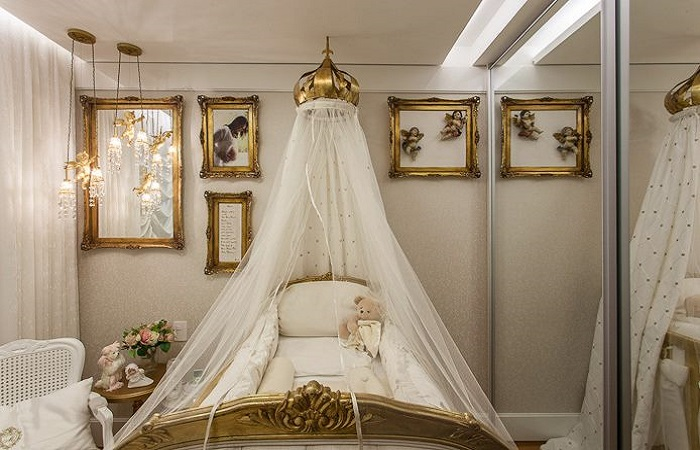 quarto de bebê dourado