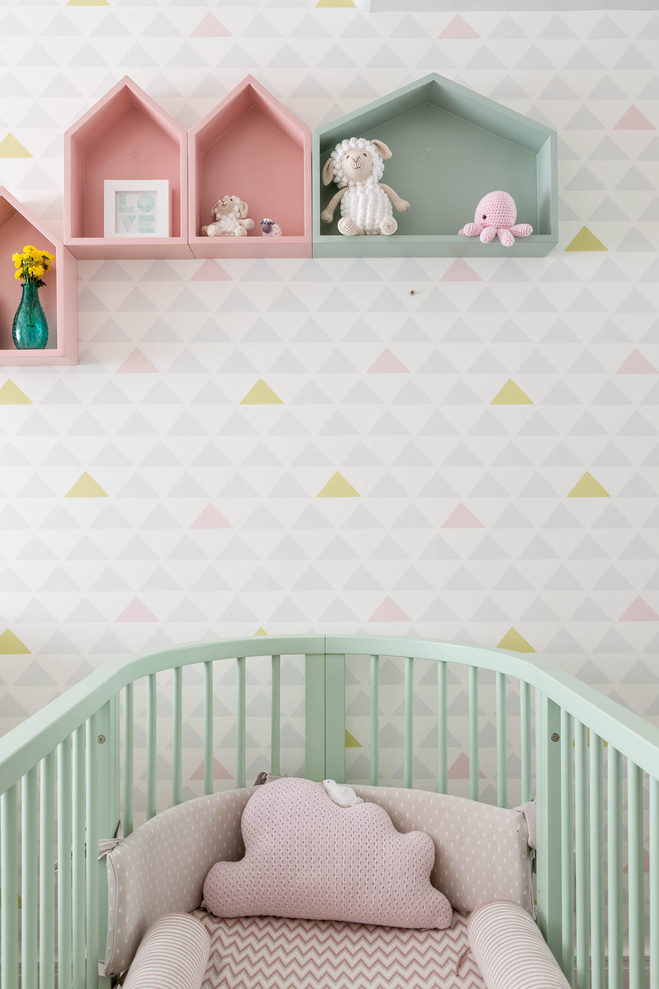 Quarto de beb moderno com papel de parede geom trico for Papel pared bebe
