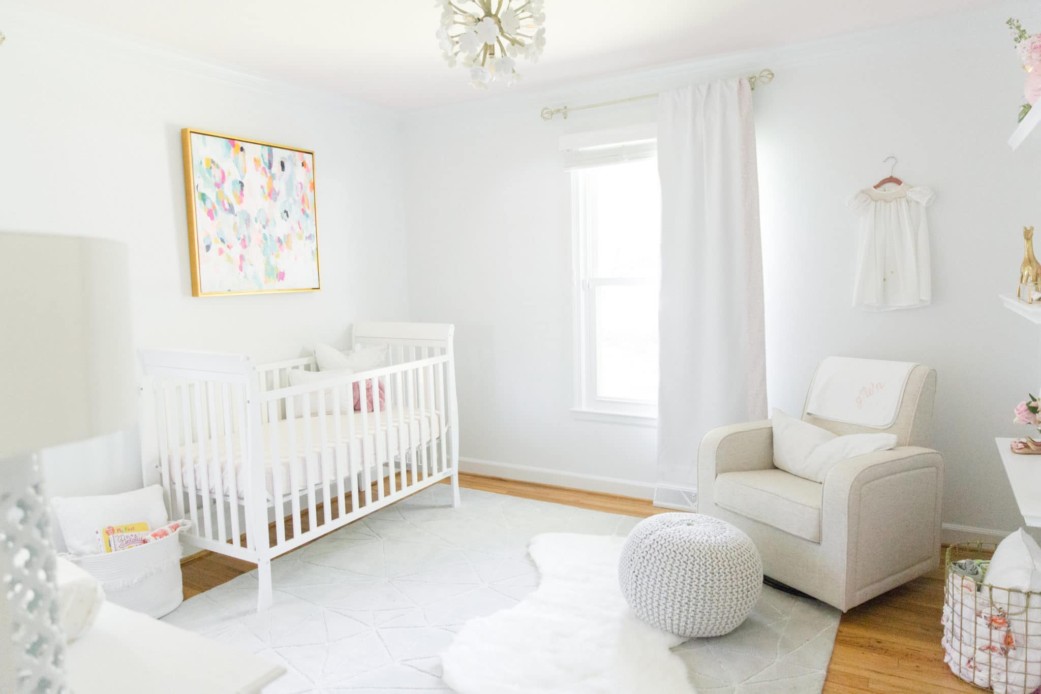 quarto de bebê branco clássico