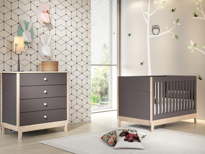 quarto de bebê neutro com móveis coloridos